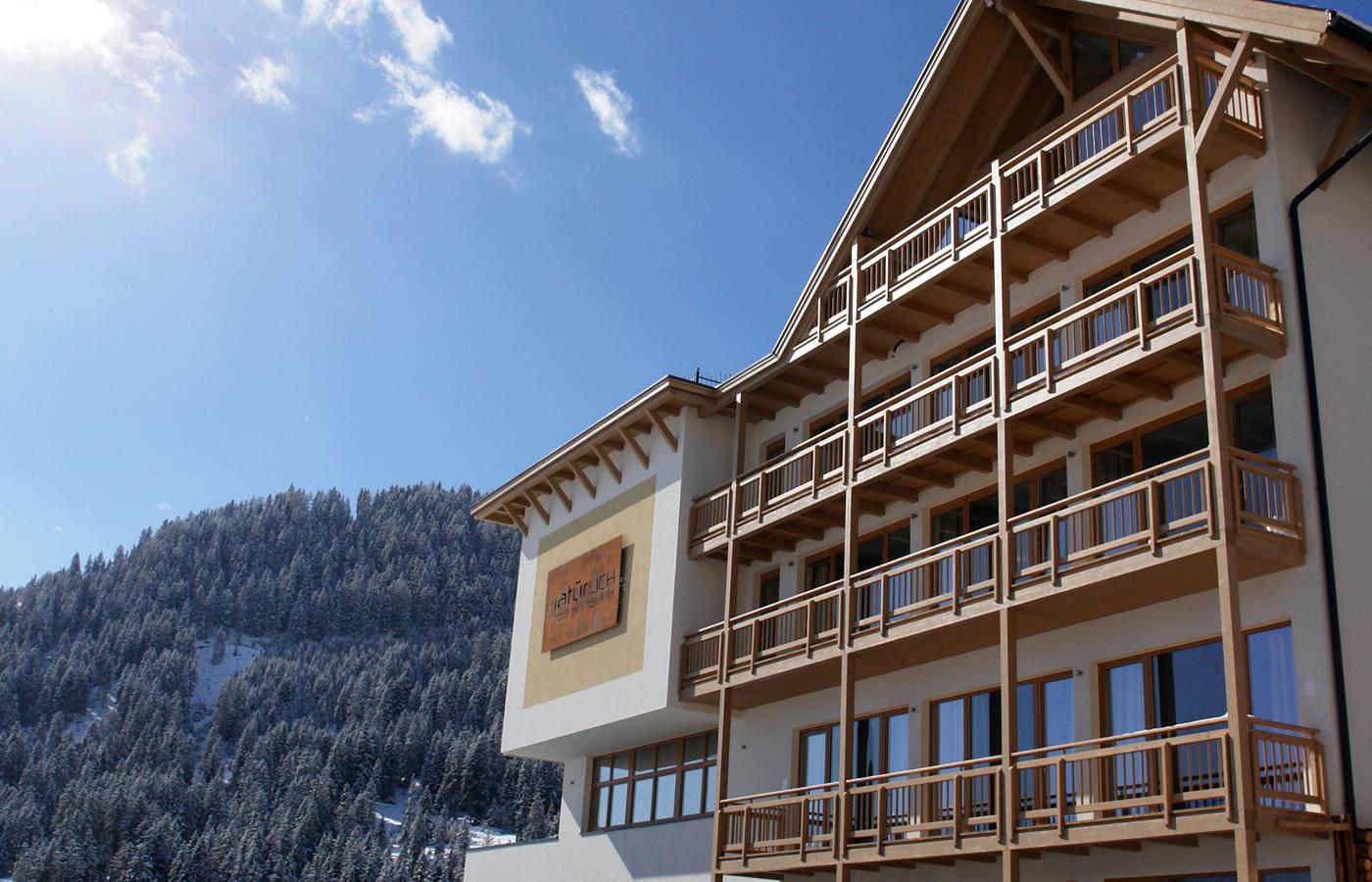 Südansicht Hotel Natürlich in Fiss, Tirol.