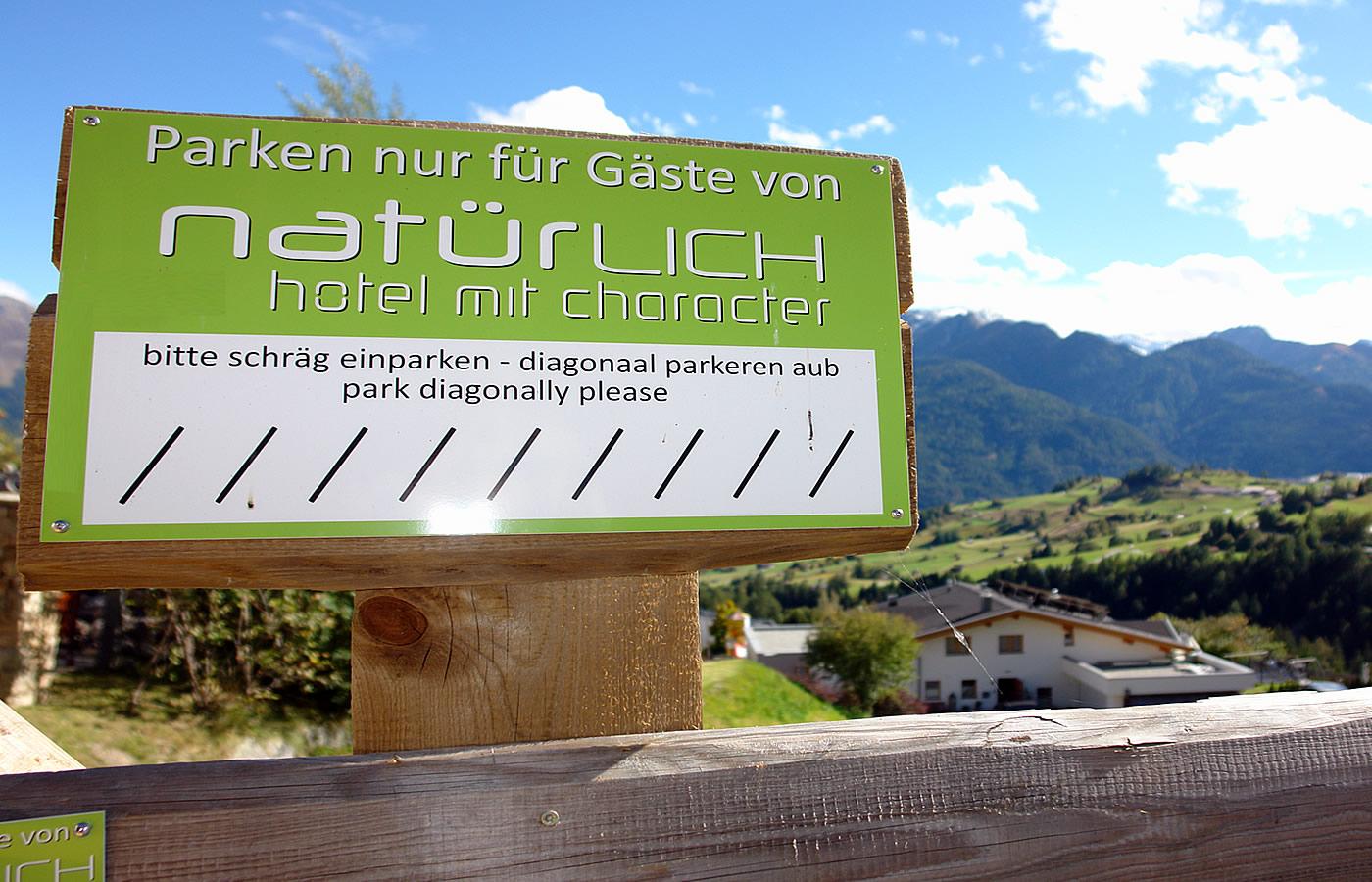 Parken im Hotel Natürlich in Fiss, Tirol.