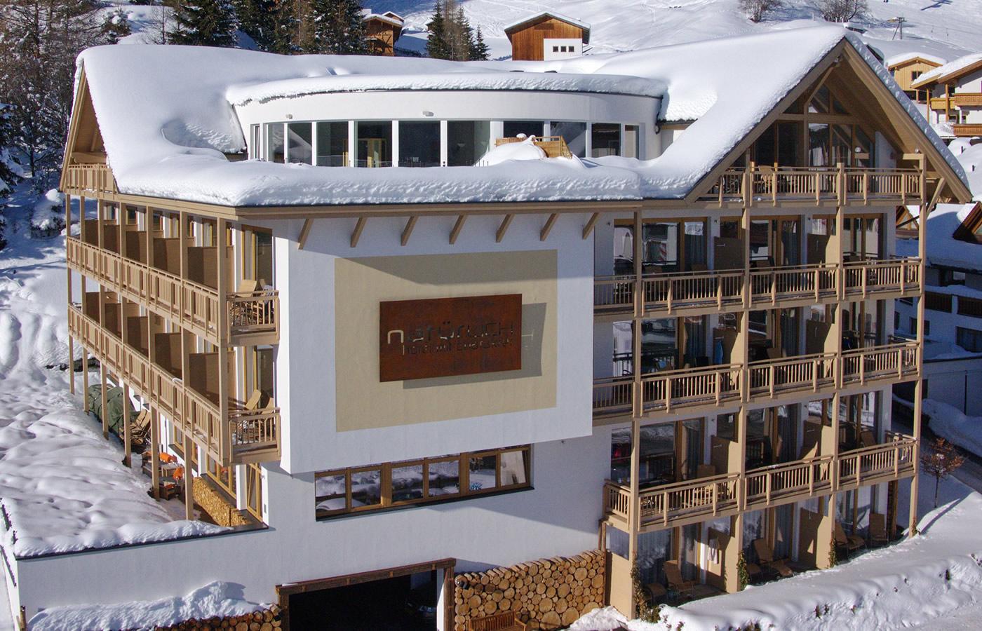 LUftaufnahme - Südansicht von Hotel Natürlich in Fiss, Tirol.