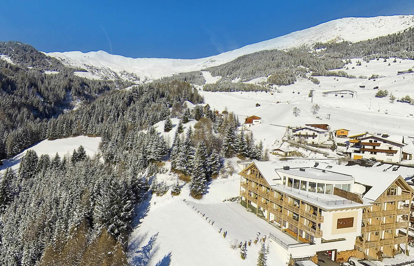 Luftaufnahme des Hotels. Natürliche Lage des Hotels in Fiss, Tirol.