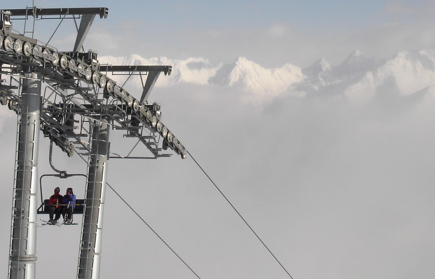 Wolkenmeer und Sattelbahn in Fiss, Tirol.