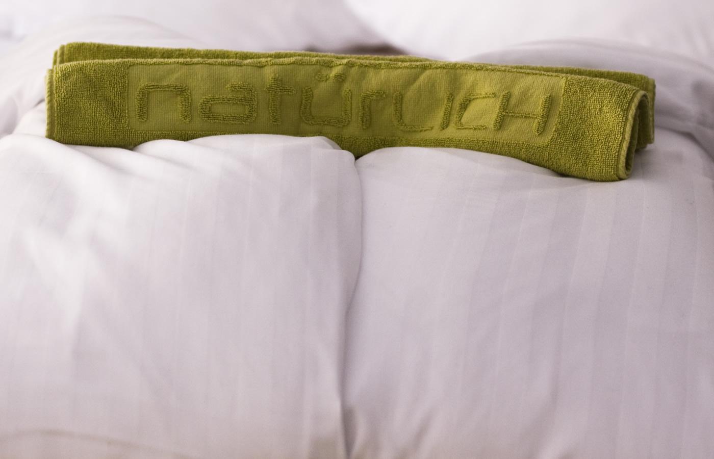 Handtuch auf den Bett im Hotel Natürlich in Tirol.