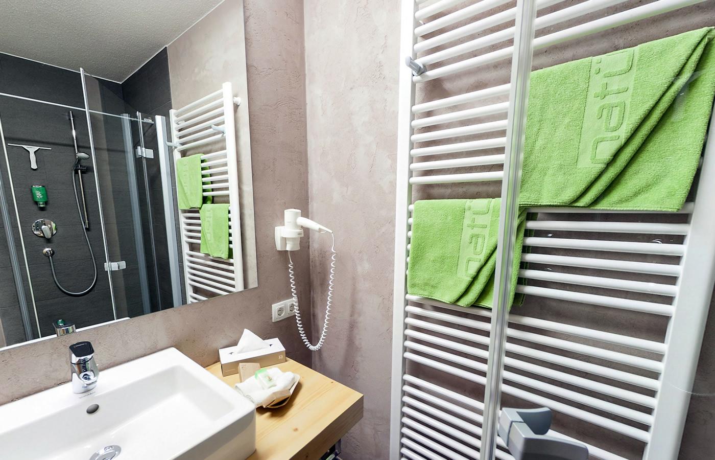 Badezimmer der Juniorsuiten von Hotel Natürlich in Fiss, Tirol.