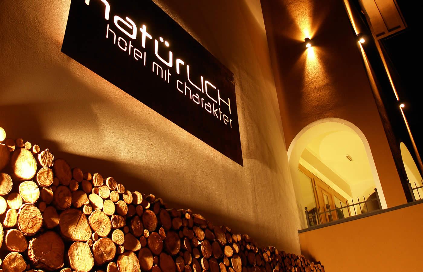 Hotel Natürlich Fiss - Nachtuafnahme Haupteingang.