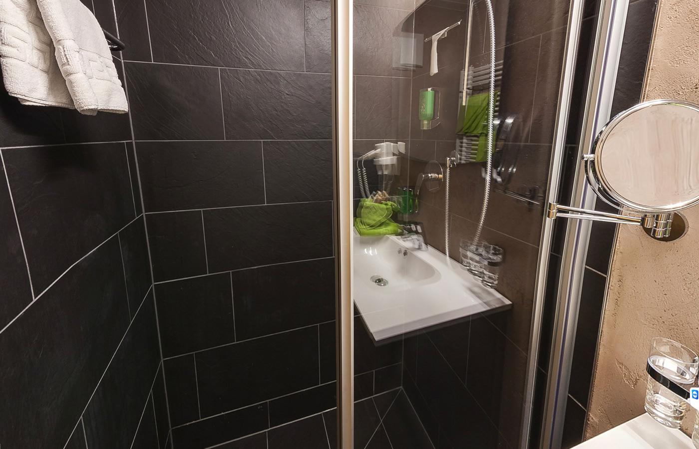Dreibettzimmer Badezimmer im Hotel Natürlich in Tirol, Österreich.