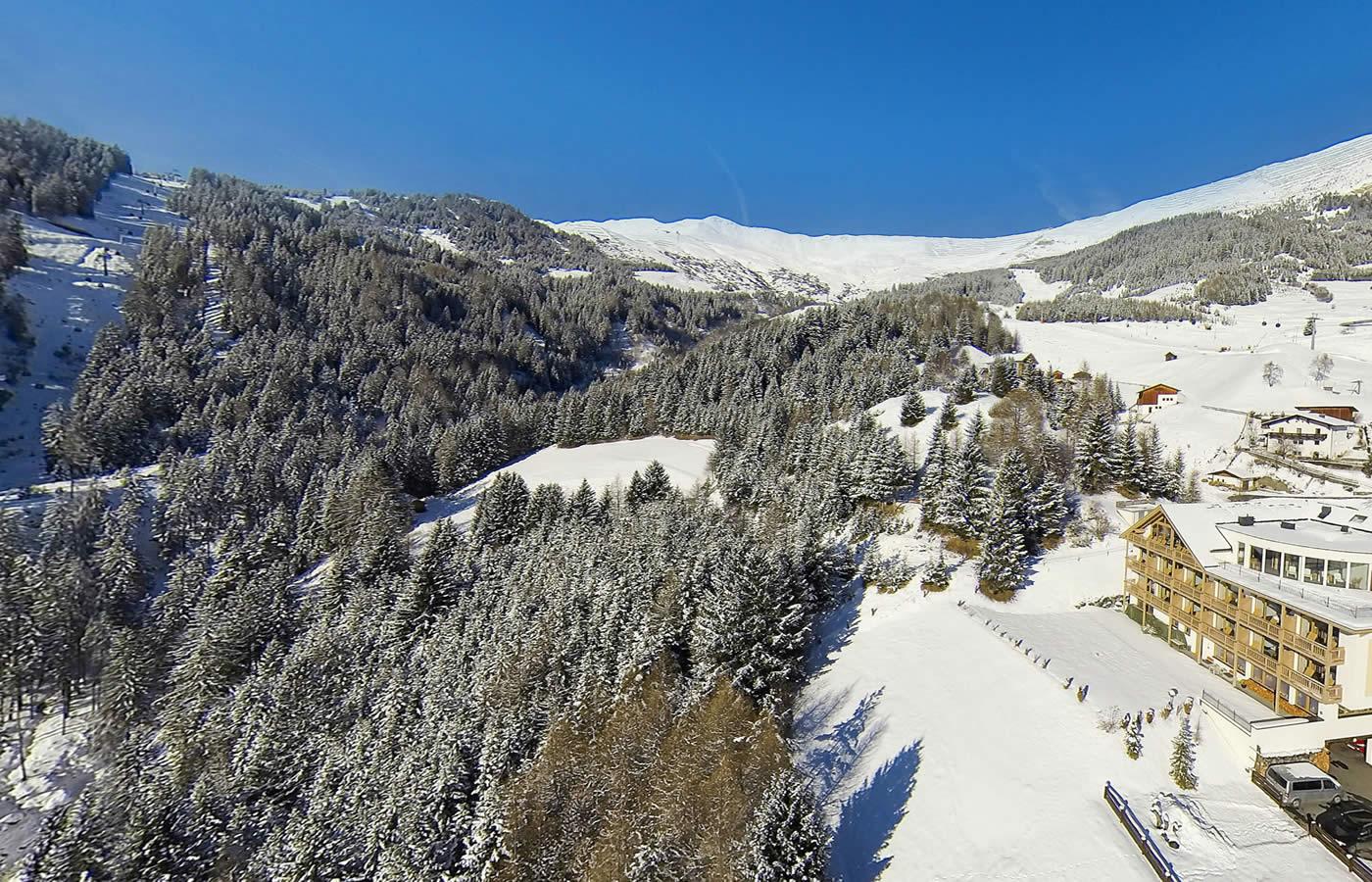 Lage des Hotels im Winter - Außen-Luft-Aufnahme