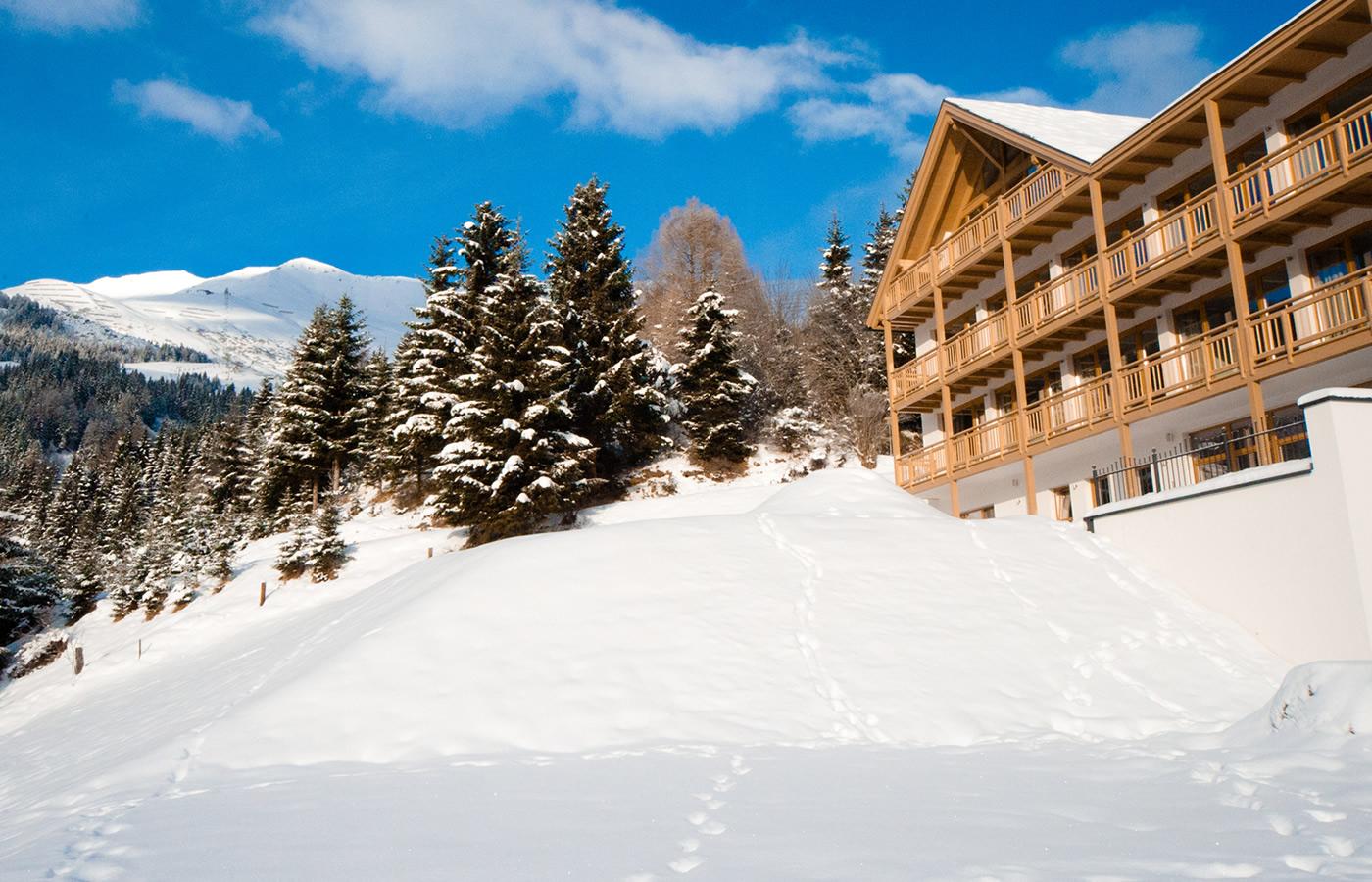 Außenansicht des Hotels im Winter. Natürlich. Hotel für Familien in Fiss.