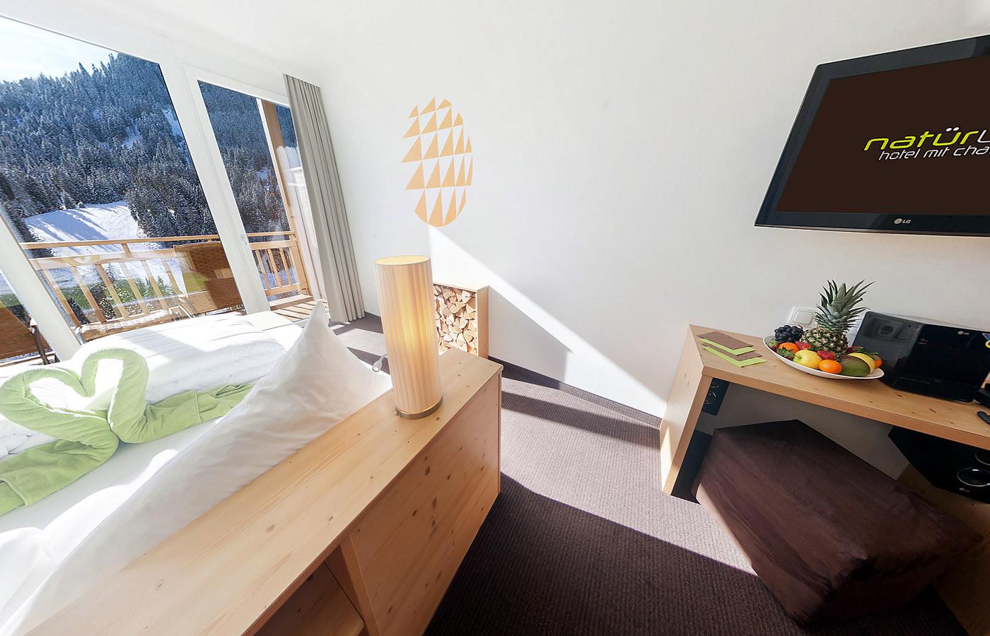 Panoramafenster und Innenansicht des Hotels. Natürlich in Tirol.