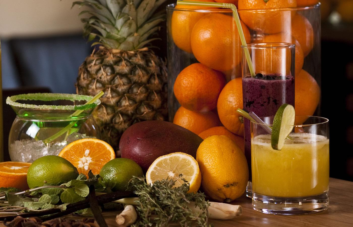 Hotel-Bar im Natürlich. Frische Früchte und trendige Drinks. Urlaub in Fiss.